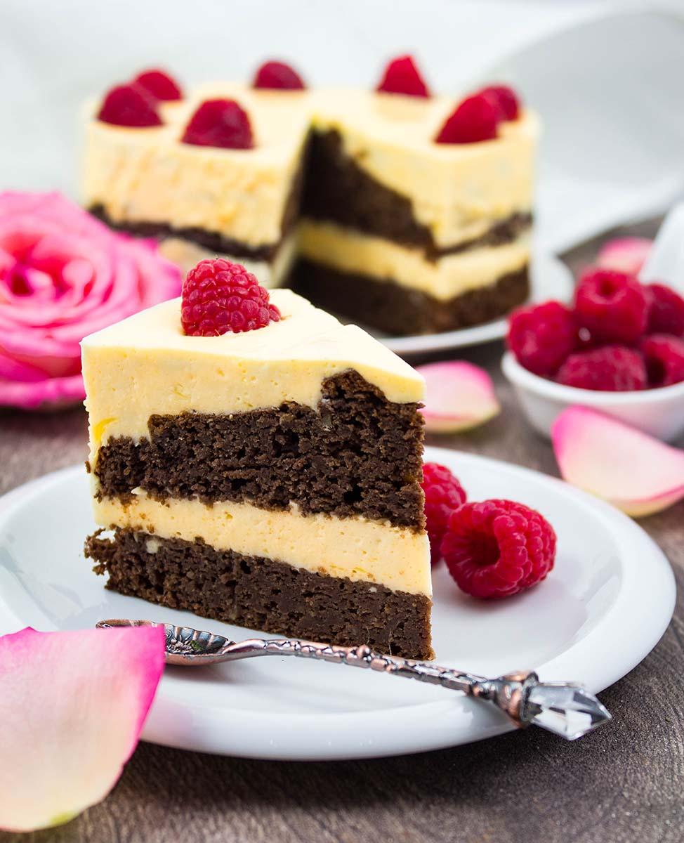 Schokoladenkuchen mit einer Creme aus Mango und Quark
