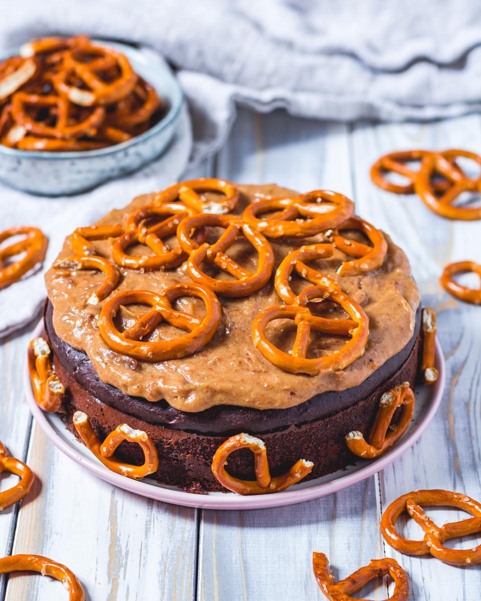 Brownie Protein Kuchen mit Karamell- Brezel Topping