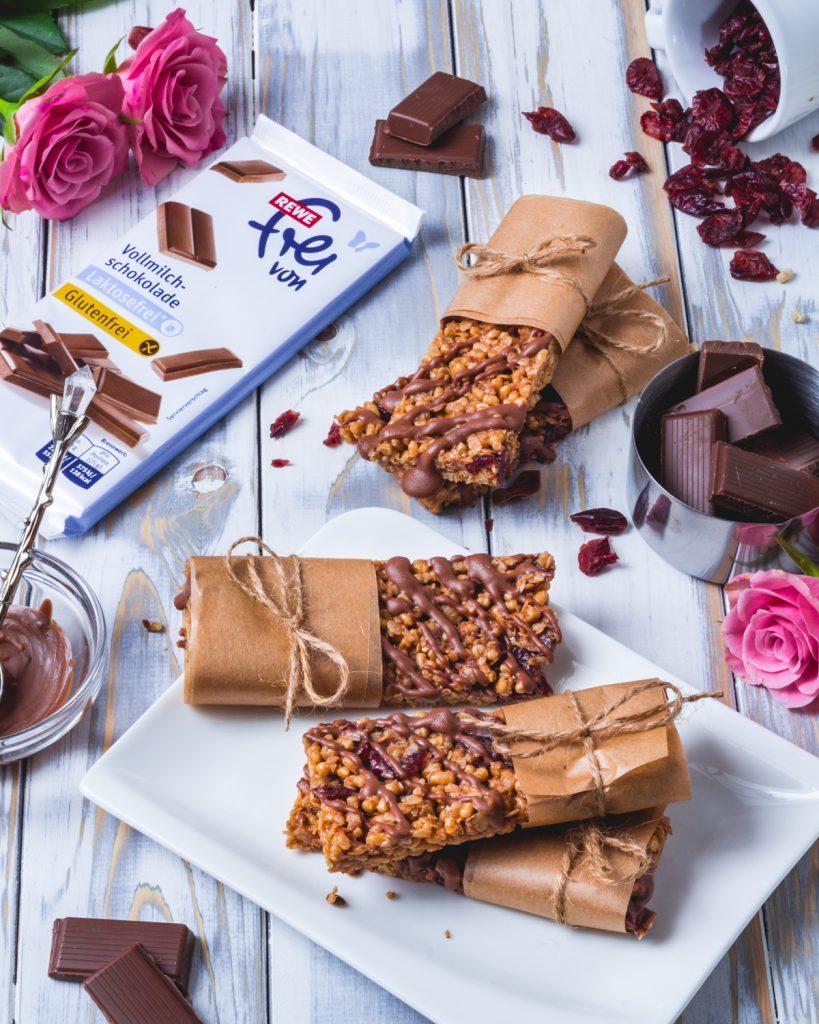 gesunde Fitnessriegel mit Schokolade und Cranberries