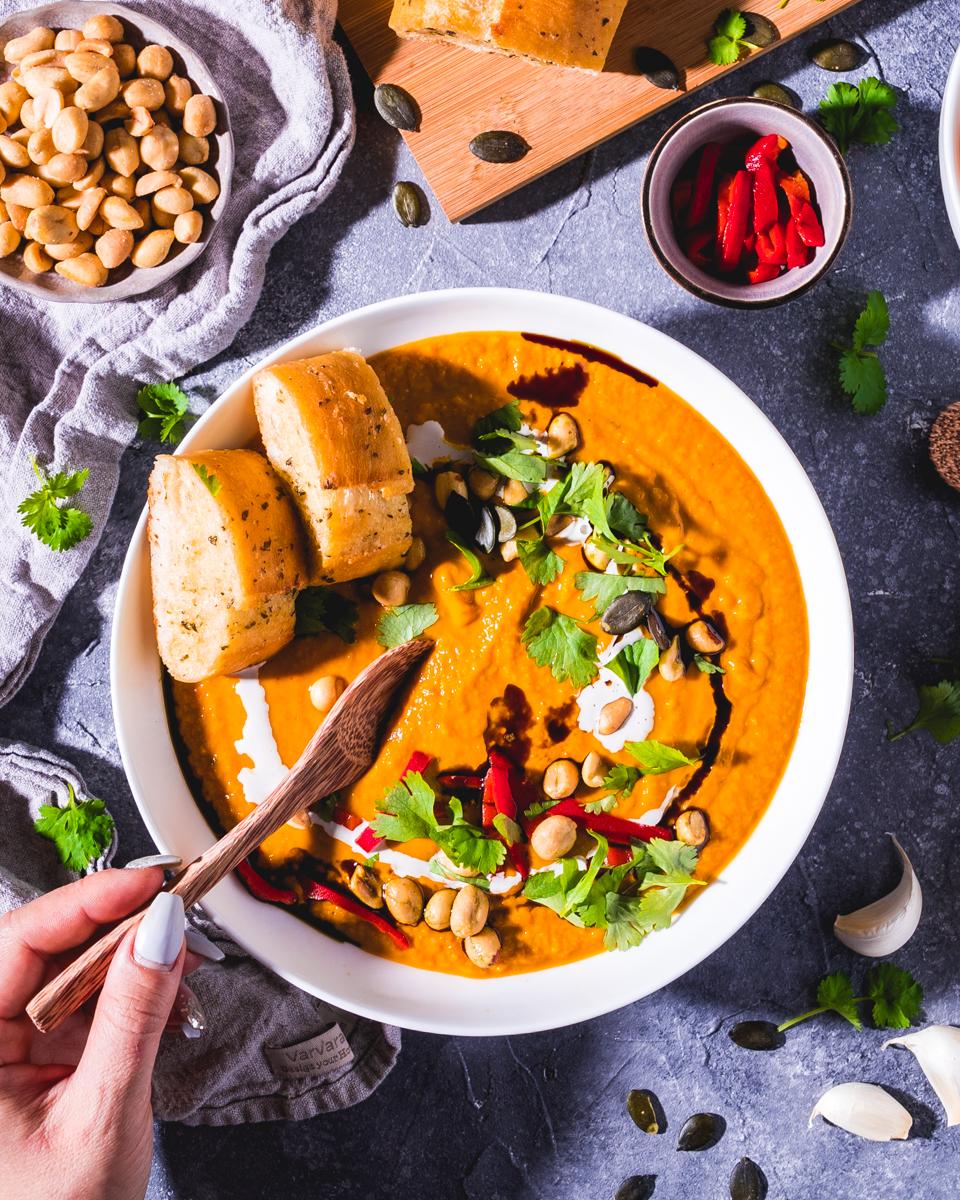 Erdnuss-Kürbissuppe mit Koriander