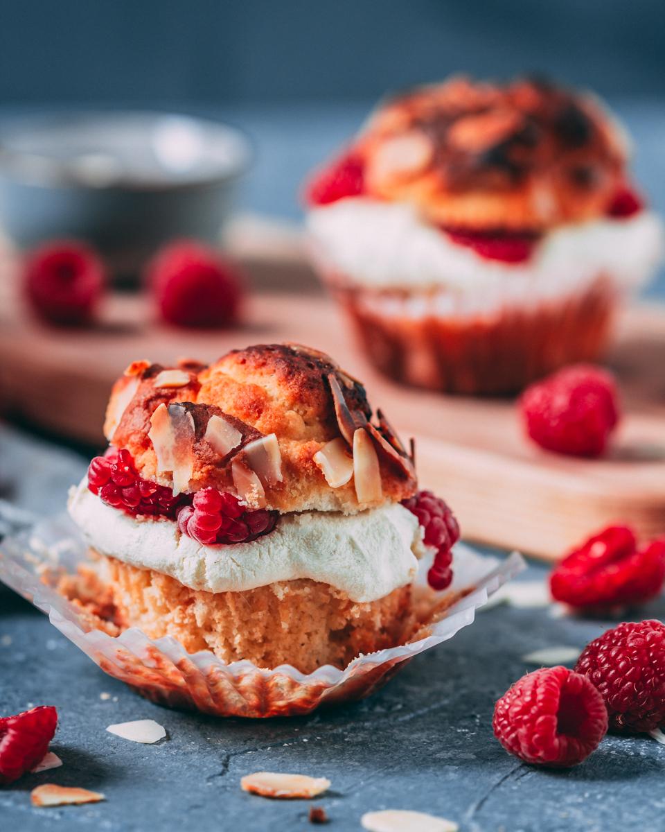 vegane Bienenstich Muffins mit Himbeer-Pudding Creme - glutenfrei