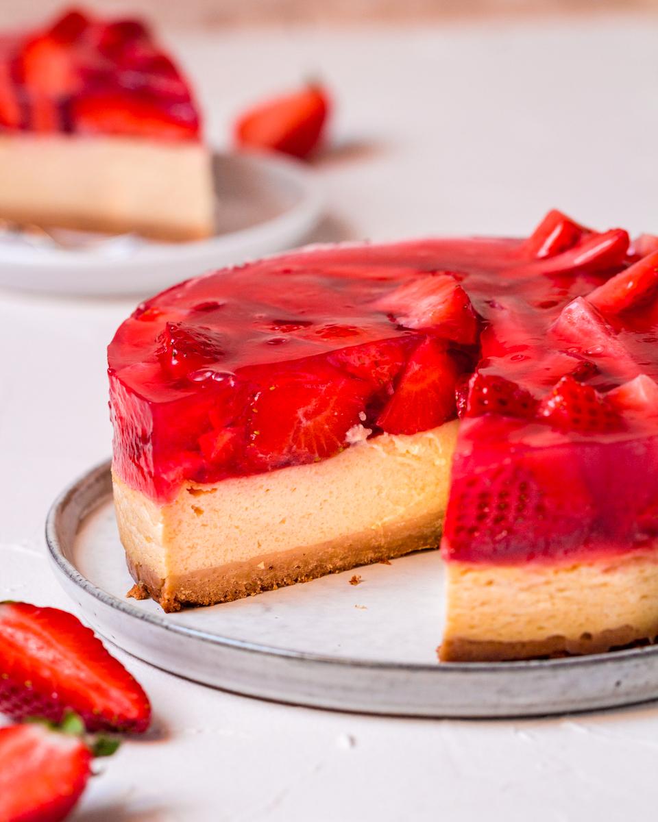 veganer Käsekuchen mit Erdbeeren