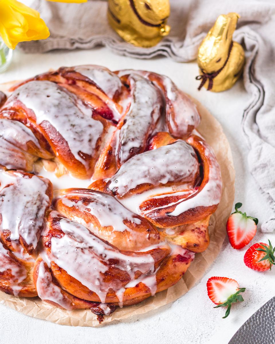 Hefezopf mit Guss und Erdbeer-Füllung ohne Zucker