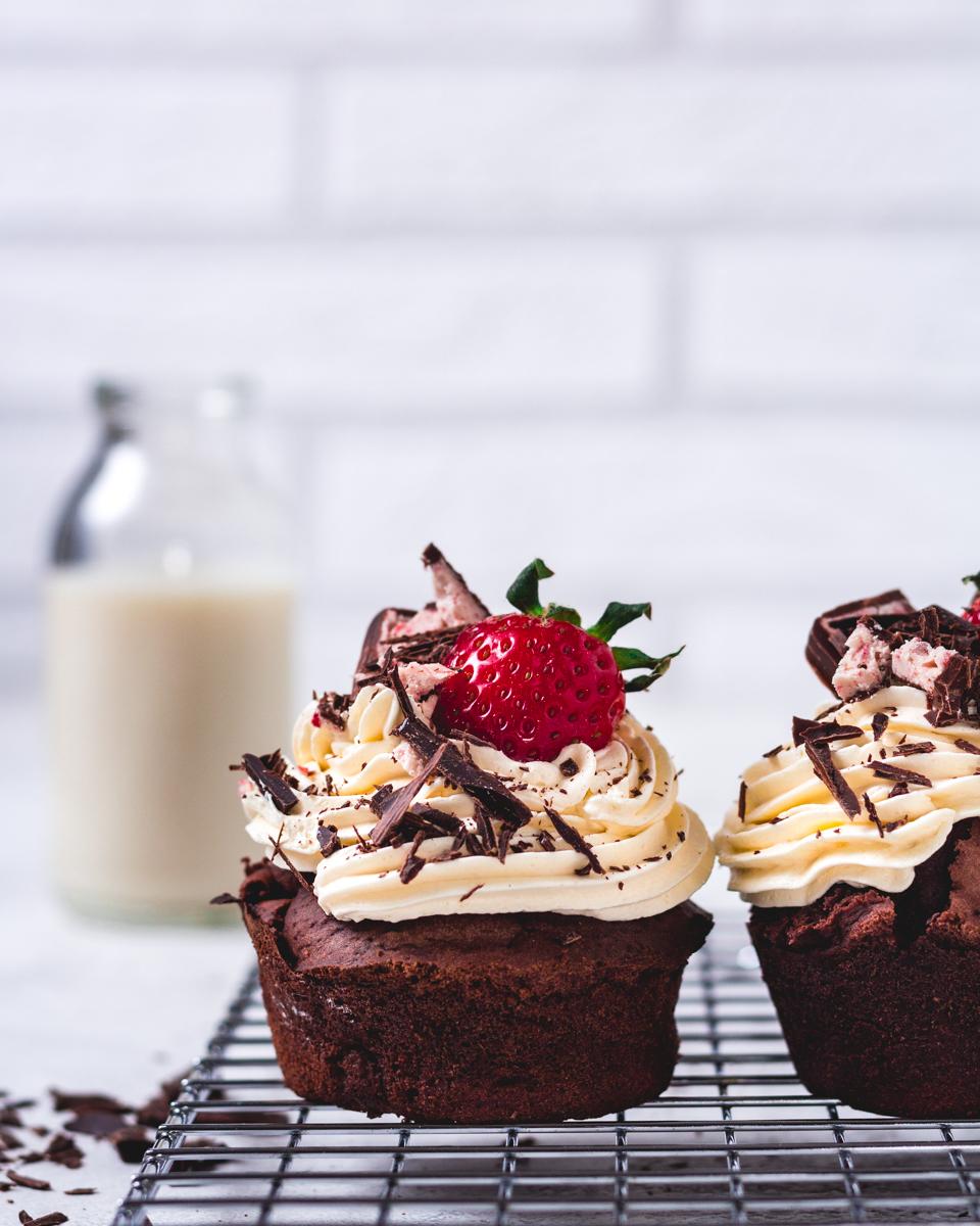 vegane Schoko-Cupcakes mit Erdbeeren und leichter Buttercreme
